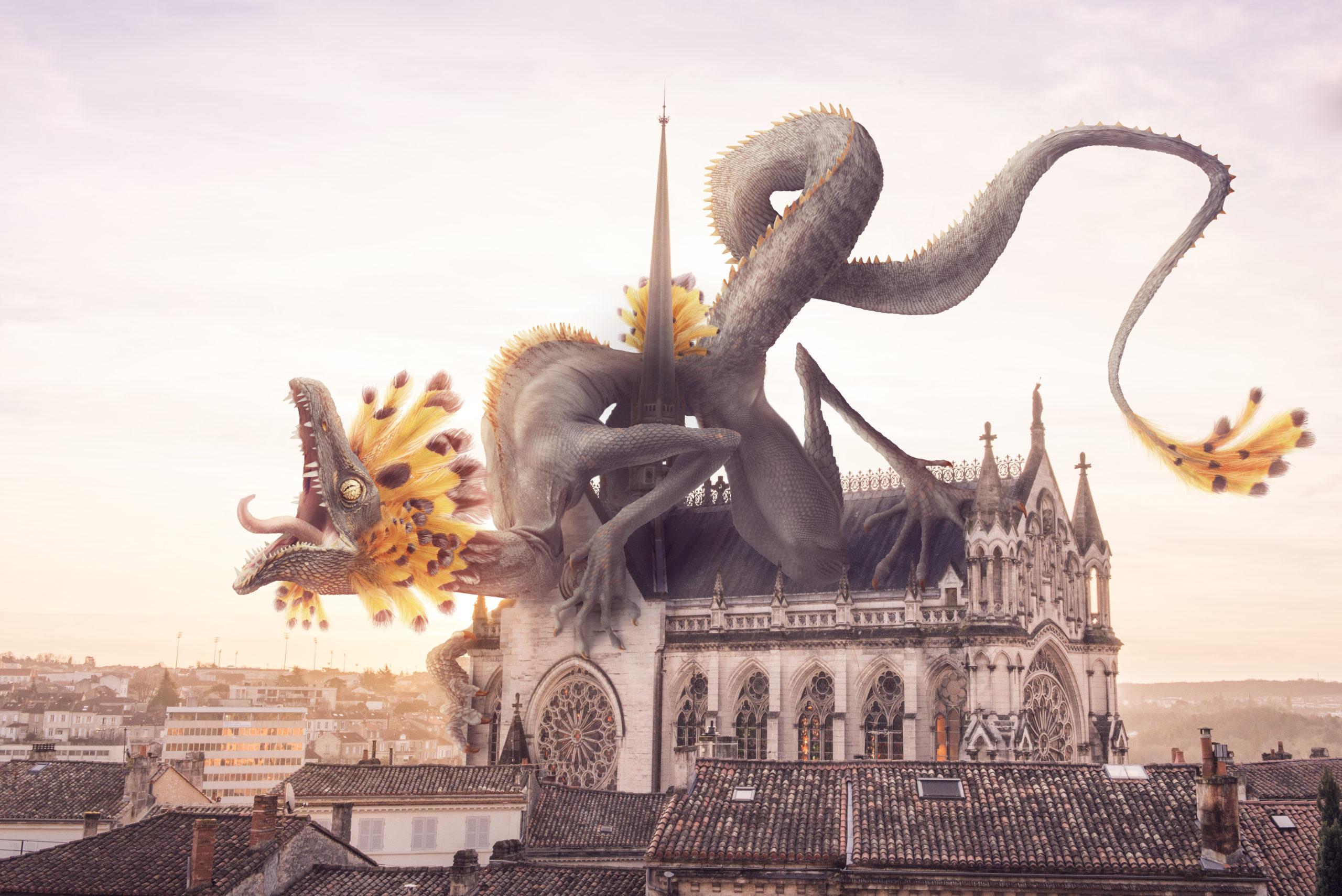 Dragon à plume gardant férocement la chapelle d'Obezine d'Angoulême au soleil levant.