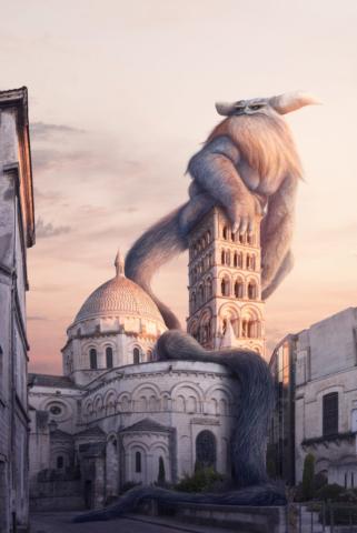 Le gardien sage et impressionnant de la cathédrale d'Angoulême contemple la ville au levé du soleil.
